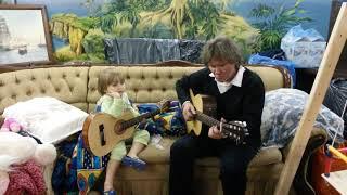 Смешные дети. Малыш в 3 года играет на гитаре.