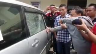 Clip quay lại cảnh Trộm cắp phá vỡ cửa kính ô tô trong vài giây