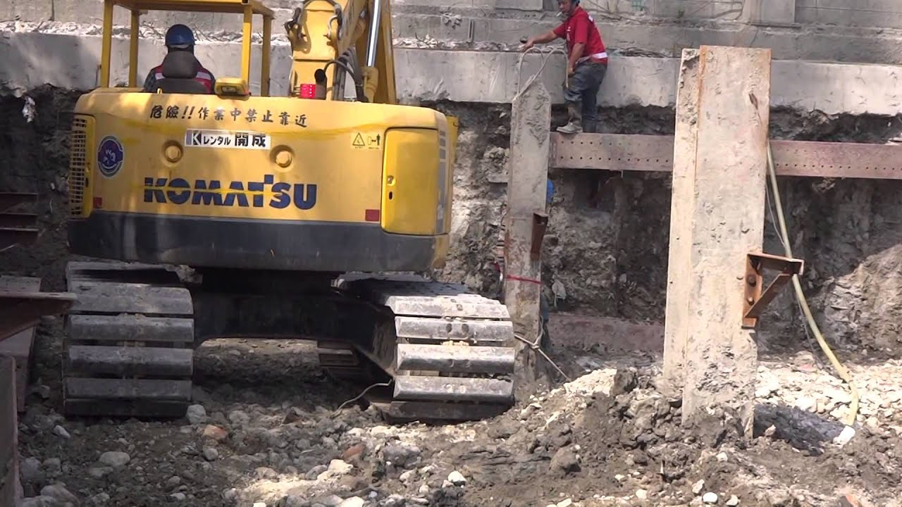 挖土機改裝的伸縮臂-清理挖土機沒挖乾淨的餘土,最後還到水坑裡洗一下 - YouTube