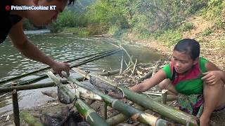 Survival skills - Primitive life catching fish at river and Yummy cooking fish - Eating delicious