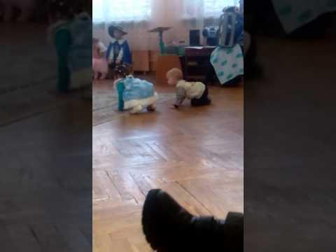 Тверк маленькой снегурочки)) 👍😁😁😂