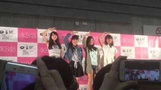 AKB48握手会でのフォトセッション。パシフィコ横浜。 4列目くらいからな...