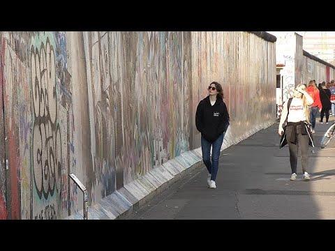 Fiziksel olarak yıkılsa da Berlin Duvarı, insanların kafasında yaşamaya devam mı ediyor?