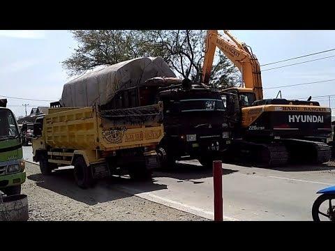 HYUNDAI 220 LC 9SH BIG DIGGER EXCAVATORS WORKING CRUSH TWIGS AND CROSS THE ROAD