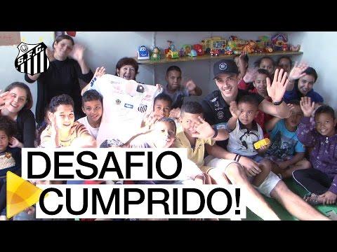Gustavo Henrique cumpre desafio de Alex e entrega camisa à instituição de caridade