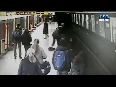 Milano, bambino cade sui binari della metropolitana. Ragazzo non ci pensa su e lo recupera