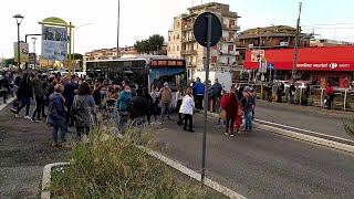 Roma, assembramenti alla fermata del bus. La rabbia di una pendolare: