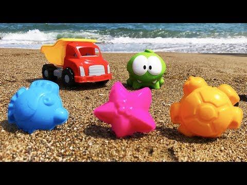 Видео: Поиграем вместе! - Ам Ням на пляже ищет сокровища. Новые игрушки. Весёлые развлечения