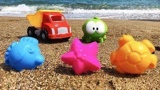 Пограємо разом! - Ам Ням на пляжі шукає скарби. Нові іграшки. Веселі розваги