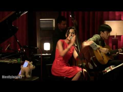 Download Eva Celia - All I Want for Christmas Is You @ Mostly Jazz 21/12/13 HD Mp4 baru