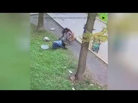 Unha muller salva ao seu fillo logo de caer por un sumidoiro