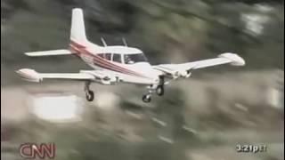طيار محترف يهبط بطائرته  بعد أن تعطلت أحد العجلات