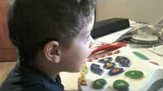אורי משחק על קומפי למק