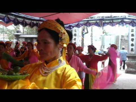 Tế quan nữ thôn hành lạc đang dâng hương tại đình