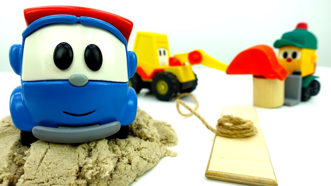 Kuormuri Leo jää hiekkaan jumiin. Lelukaivuri & lasten lelunosturi. Lelautot ja ajoneuvot.