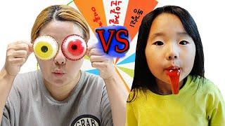 Suji VS Mom Roulette Wheel Food challenge Mukbang 돌림판 식판 음식 대결 눈알젤리 메롱젤리 먹방 복불복 게임