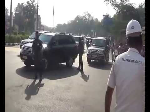 PM Modi Stops His Car To Meet 4-Year-old Girl | PM Stops convoy midway in Surat