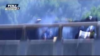 No TAV. Immagini SHOCK! Poliziotto Spara un Lacrimogeno Addosso ad un Cameraman Indifeso