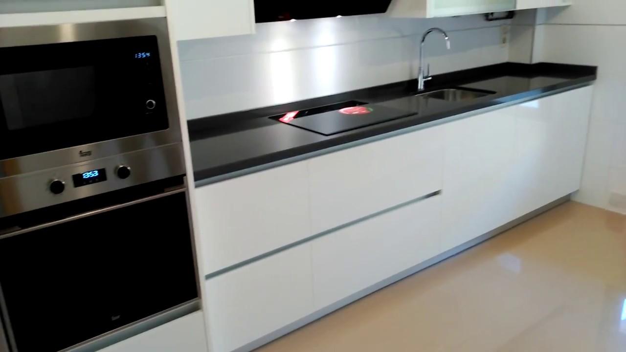 Muebles de cocina blanco brillo con tirador gola aluminio - Cocinas lacadas en blanco ...