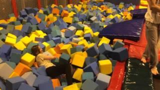 Прыжки на батутах (Батутный центр SKYLIFE)(Давно хотел выбраться попрыгать на батутах и вот время настало =), 2016-02-11T00:41:08.000Z)