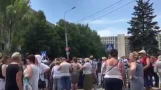 Видео: Митинг против войны в центре Донецка(ПОДПИШИСЬ НА КАНАЛ! 15 июня 2015 года в Донецке перекрывают улицу здания Донецкой облгосадминистрации в насто..., 2015-06-15T13:05:07.000Z)