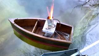 Bateau avec moteur a eau chaude