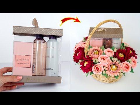 Идея: упаковка подарка. Оформление цветами из конфет в корзине