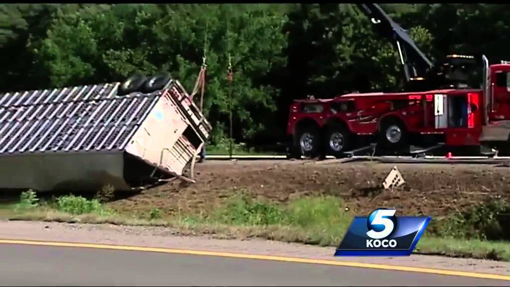 Truck crash leads to injuries, cattle roaming I-40