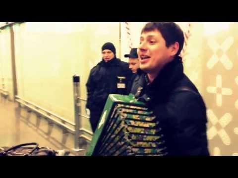 Видео, Вишня Под окном широким, русская народная песня под гармонь поет парень, в аэропорту Внуково