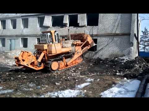 Снос здания бульдозером