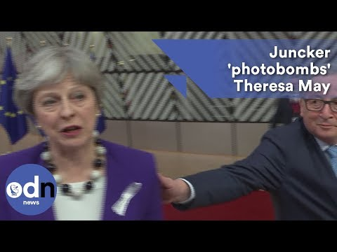 Juncker 'photobombs' May during Russia & Brexit remarks