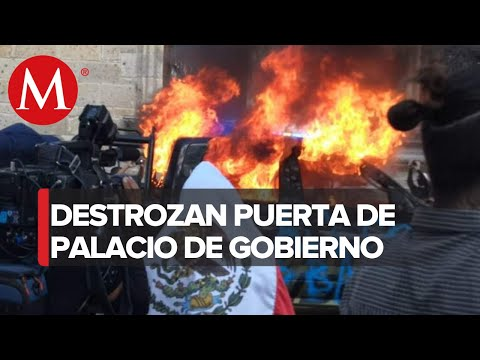 Manifestantes destrozan puerta de Palacio de Gobierno en Jalisco