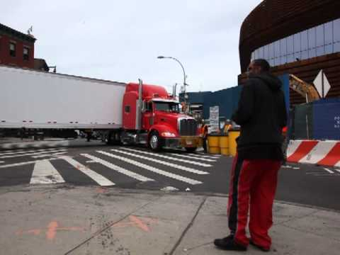 2013 06 06 18 wheeler can't make turn stops traffic