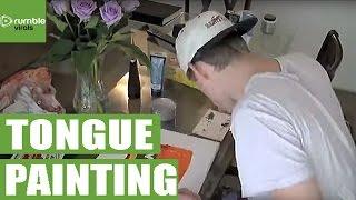 شاب يستخدم لسانه الطويل في رسم لوحات فنية ( فيديو)