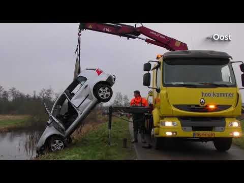Auto te water in Wanneperveen, bestuurder en drie kinderen naar het ziekenhuis