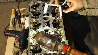 видео Замена маслосъёмных колпачков ВАЗ-2112 16 клапанов без снятия головки