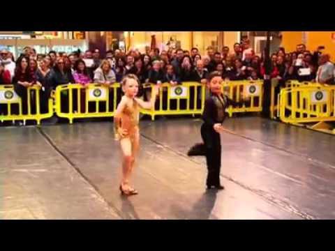 Coppia di bambini balla latino americano , bravissimi!