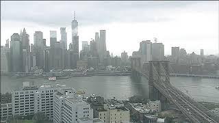 Puente de Brooklyn en Nueva York  cubierto de nubes