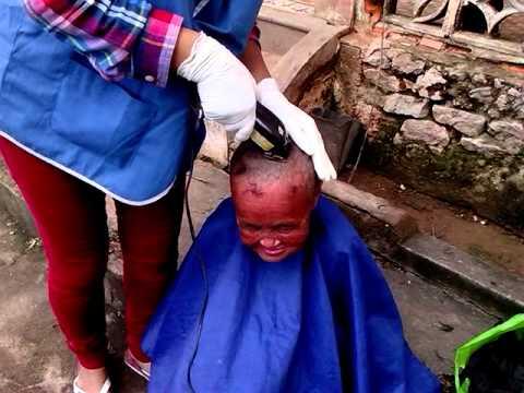 Cắt tóc cho bệnh nhân tâm thần - Hội SNTT Minh Đức