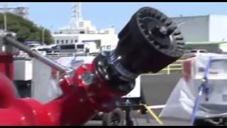 大型放水砲で亀裂からでる放射性物質を叩き落とす