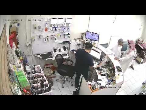 شاهد من تبوك.. نجاة صاحب محل جوالات من انفجار بطارية هاتف في وجهه