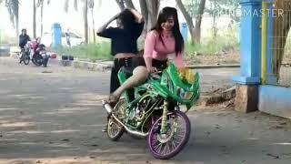 Download Video Cewek 2 seksi sedang stater motor ninja dengan kaki lucu MP3 3GP MP4