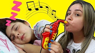 MINHA MÃE FINGE BRINCAR COM INSTRUMENTOS MUSICAIS E ACORDA A HELÔ