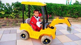 Nikita naik mobil anak anak dan terjebak dalam genangan air