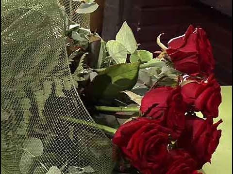 C mo hacer un ramo de flores con una malla youtube - Como secar un ramo de rosas ...