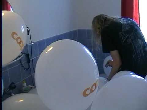 microbikinis luftballons platzen lassen