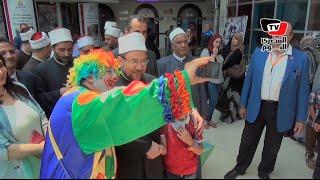 وزير الأوقاف يلتقط السيلفي مع مرضي «سرطان الأطفال» خلال زيارته لها