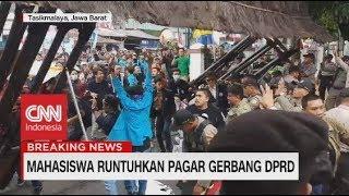 Mahasiswa Runtuhkan Pagar Gerbang DPRD Tasikmalaya