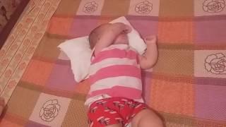 يوميات أريج طفلة مدللة استحمت و ضعتها أمها في الفراش فنامت نوم أطفال أريج