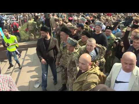 Казаки бьют нагайками сторонников Навального
